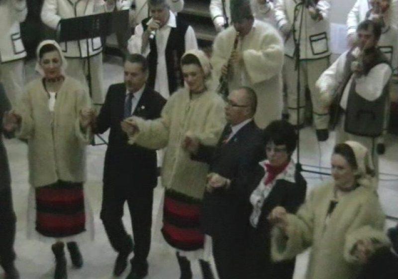"""Baia Mare: Autorităţile judeţene şi-au dat """"mână cu mână"""" şi au dansat Hora Unirii în holul Palatului Administrativ"""