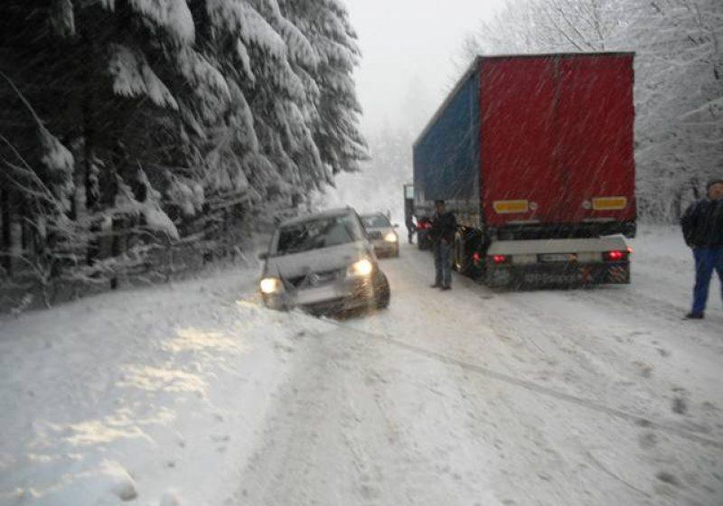 Maramureş: Pasul Gutâi, cotropit de zăpadă. Drumarii sunt depăşiţi de situaţie