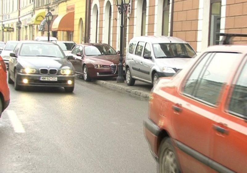 SIGHET: Lipsa locurilor de parcare din centrul municipiului Sighet crează dificultăţi chiar şi pietonilor