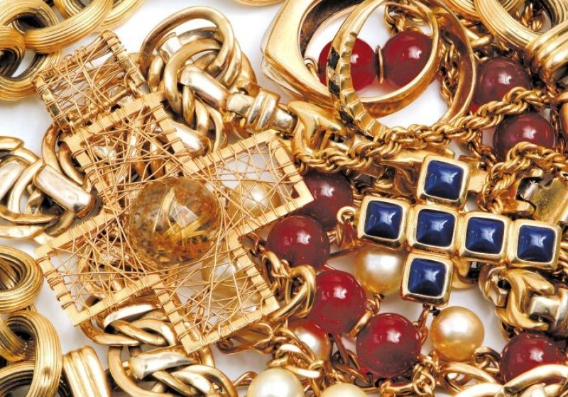 O fetiţă româncă de 10 ani a furat bijuterii în valoare de 50.000 de euro în Franţa
