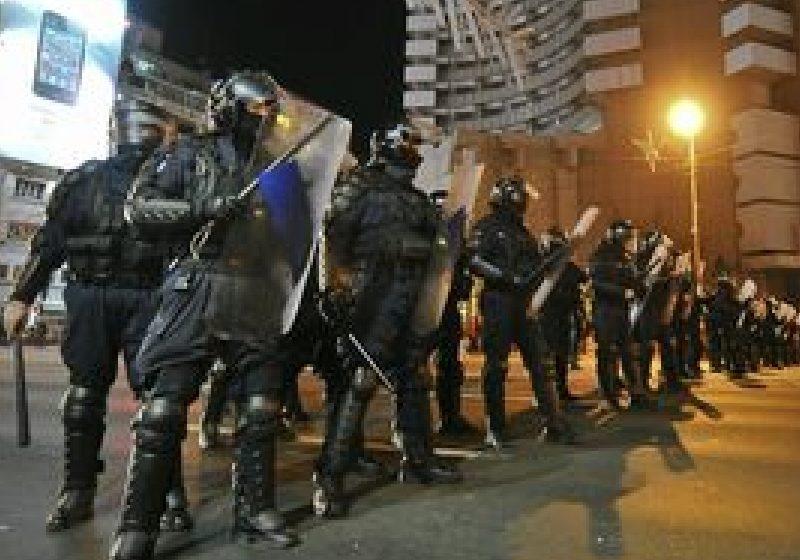 Peste 11 ore de protest la Piaţa Universităţii, cu ciocniri violente între manifestanţi şi forţele de ordine