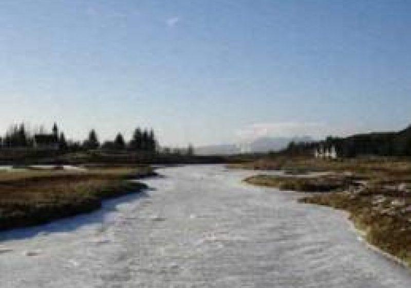 Maramureş: Vezi cursurile de apă pe care s-au format poduri de gheaţă