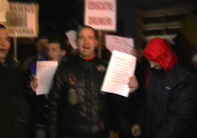 Baia Mare: Protestele continuă şi astăzi. Aseară, o bătrână a fost îmbrâncită de manifestanţi