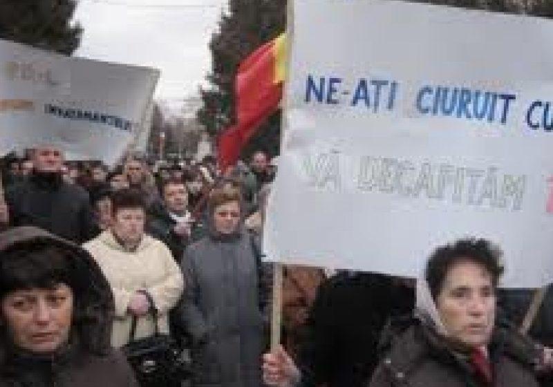 Protest spontan la SIGHET: pe platoul din fata cinematografului Mara s-au strans aproximativ 40 de persoane