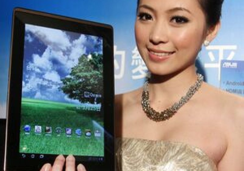 Folosirea excesivă a tabletei digitale tactile provoacă dureri musculare şi torticolis
