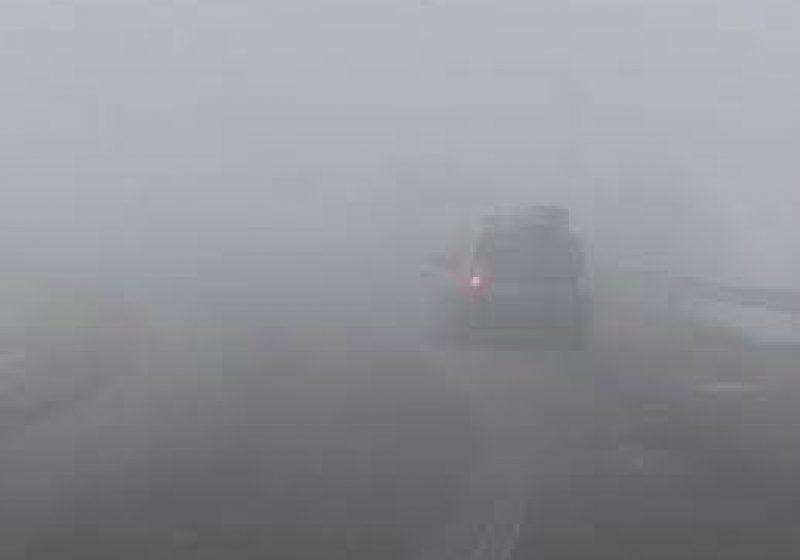Vizibilitate redusă de ceaţă în Pasul Prislop!   Zăpadă frământată pe majoritate sectoarelor de drumuri publice din judeţ!