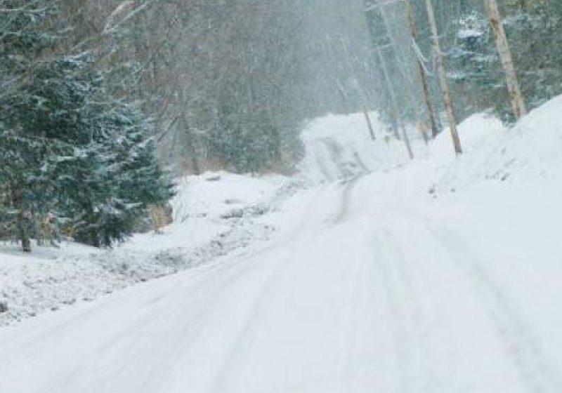Atenţie şoferi! Zăpadă frământată în Pasul Prislop