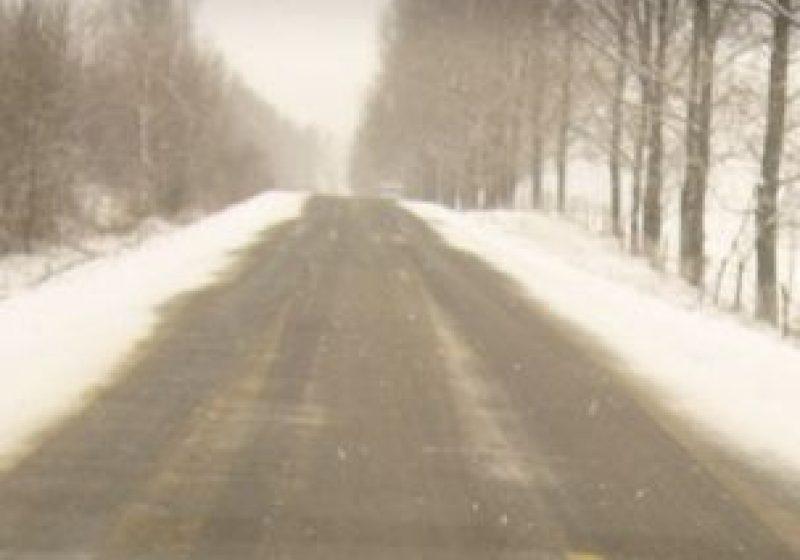 Zăpadă frământată pe sectoare de drumuri naţionale şi judeţene!
