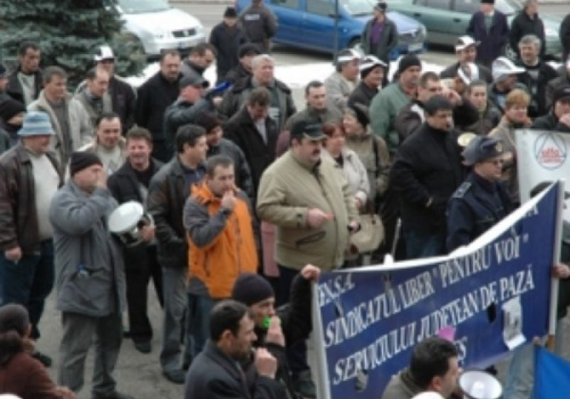 Baia Mare: Aproximativ 250 de sindicalisti maramureseni au protestat astazi in fata Prefecturii Maramures