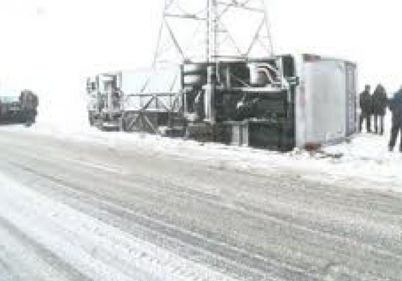 Nu a adaptat viteza la condiţiile unui drum acoperit cu zăpadă,a  pierdut controlul directiei, a derapat şi a intrat în coliziune cu un alt autoturism