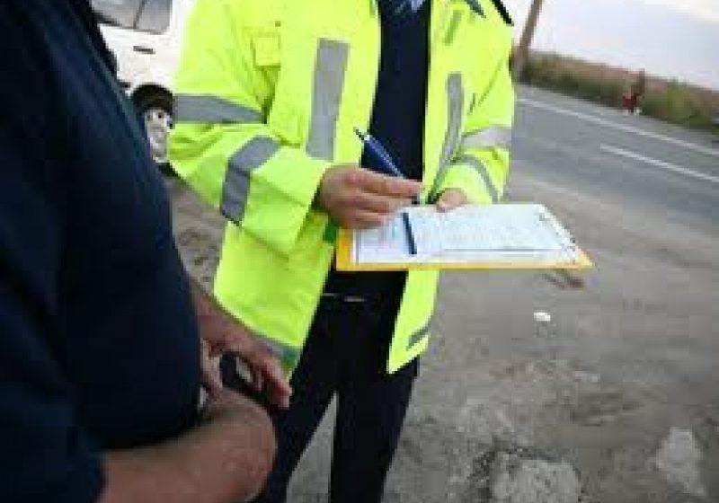Poliţiştii de la rutieră au împărţit amenzi în valoare de peste 3.800 de lei