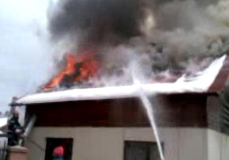 SIGHET: Mansarda unei case mistuită de flăcări
