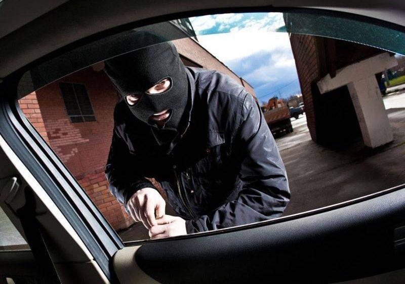Doi hoţi din autoturisme prinşi în flagrant la Baia Mare
