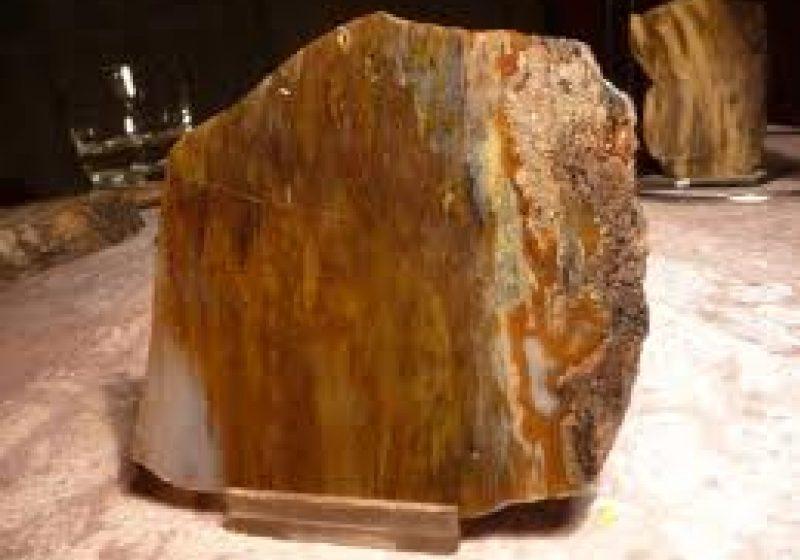 55 de pietre de mină despre care nu se cunoaşte provenienţa,  au fost confiscate de către poliţişti
