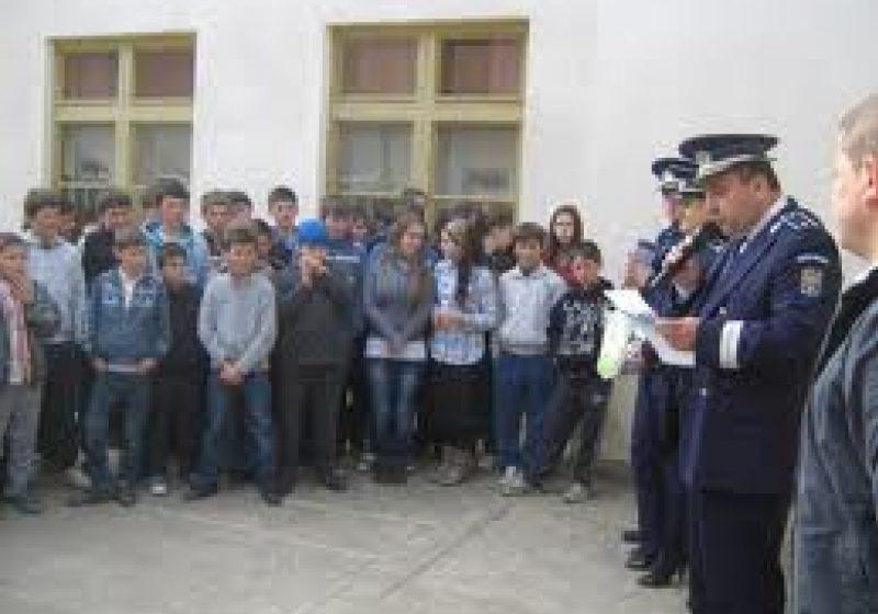 """1.000 de elevi au participat la activităţi extraşcolare efectuate cu ajutorul poliţiştilor în săptămâna """"Şcolii altfel"""""""