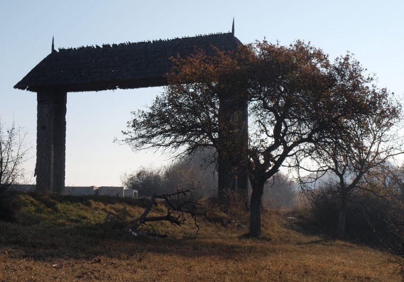 Pasul Mesteacăn: Camion răsturnat la intrare în judeţul Maramureş. Şoferul a scăpat teafăr