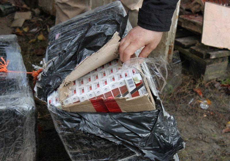Sighet: 2.600 de ţigări de provenienţă ucraineană, descoperite în curtea unui imobil