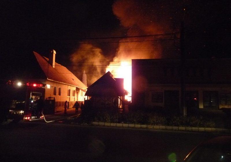 Maramureş: Incendiu violent la Valea Chioarului. Au ars 120 mp de acoperiş