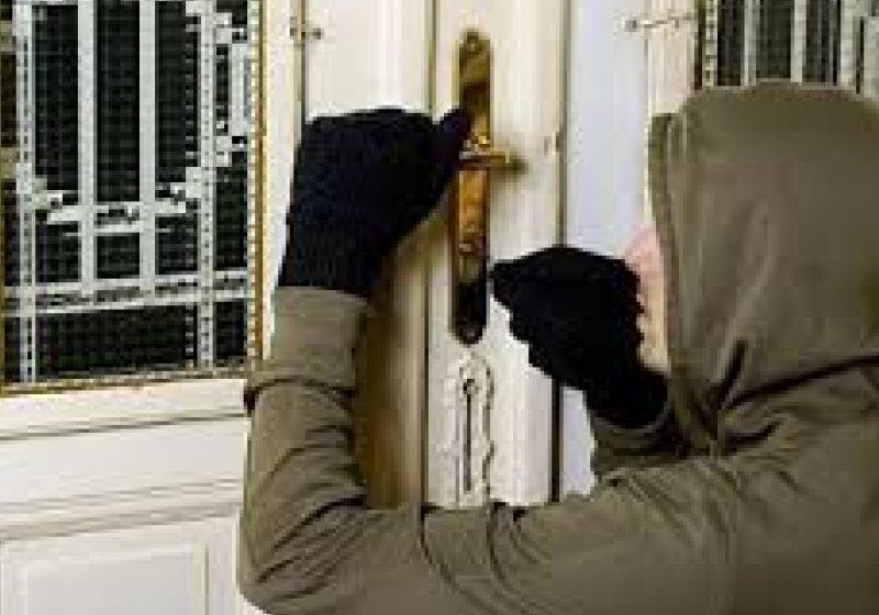 Prins de polițiștii sigheteni după ce a furat din mai multe locuințe