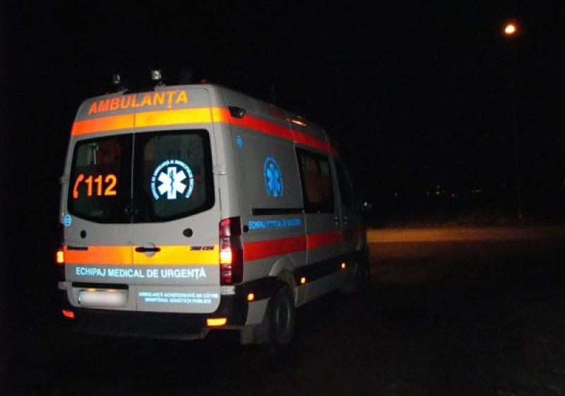 VIDEO | Trei răniți după ce o mașină s-a răsturnat într-o groapă