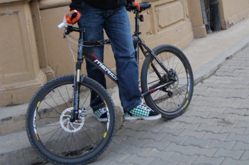Prinși după ce au furat biciclete dintr-o scară de bloc
