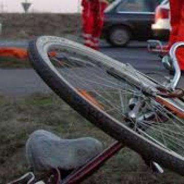 VIDEO   Biciclist rănit după ce s-a lovit de o mașină. Șoferul conducea regulamentar, însă s-a constatat că era beat