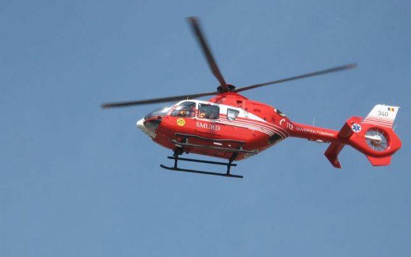 Transportrat la spital cu elicopterul SMURD după ce s-a răsturnat cu tractorul