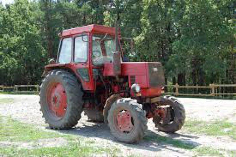 Prins conducând un tractor și beat, și fără permis