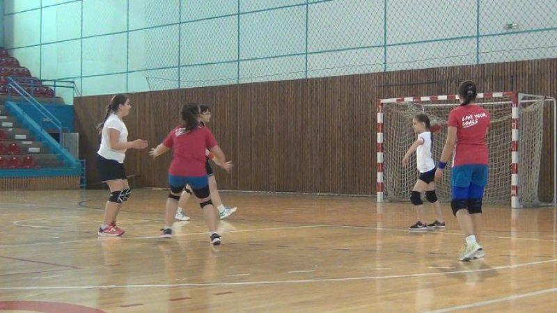 CU GÂNDUL LA LOTUL NAȚIONAL: Peste 100 de tinere handbaliste au participat la Campionatul eurozonal junioare V