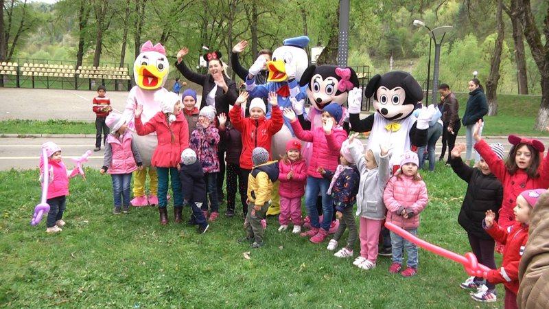 REPORTAJUL ZILEI: Un eveniment emoționant, cu copii, părinți, bunici și personaje Disney, în sprijinul micuțului Oliver