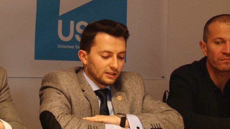 """INAUGURARE CONTESTATĂ: Deputatul Vlad Duruș (USR) își citește discursul de pe hârtie. Bota (PSD): """"Își fac campanie internă pe banii statului"""""""