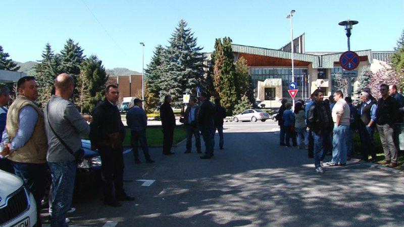 NEMULȚUMIRI: Protest spontan al angajaților de la Urbis în fața Primăriei Baia Mare