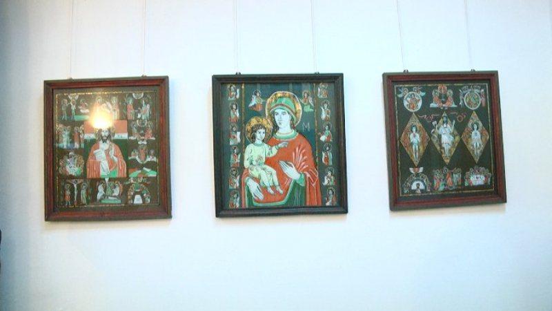 PICTURĂ PE STICLĂ: Creator de frumos, artistul Ioan Borlean a expus icoane la care a lucrat în ultimii 25 de ani