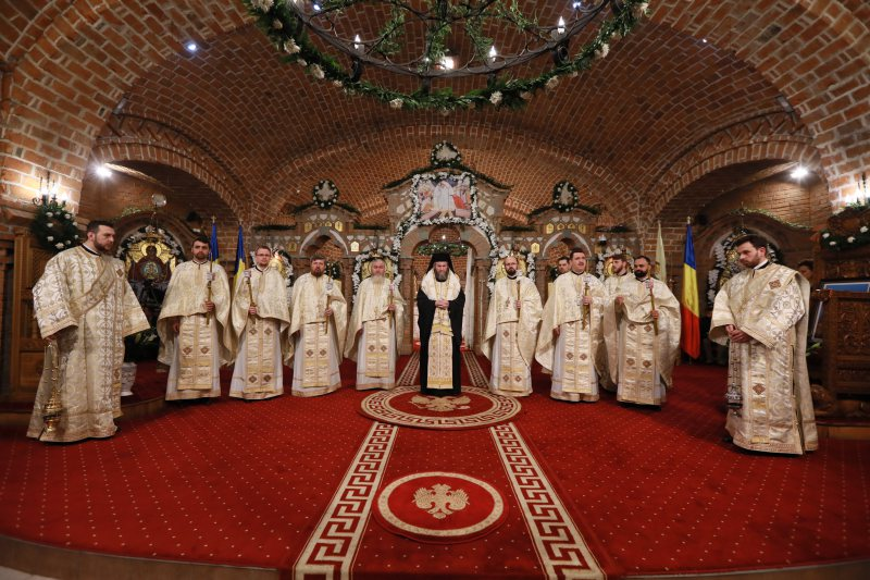 """SĂRBĂTOARE: Preasfinţitul Iustin, episcopul Maramureşului şi Sătmarului, a oficiat slujba Învierii la catedrala episcopală """"Sfânta Treime"""" din Baia Mare"""