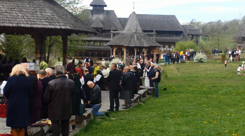 SĂRBĂTOARE: Sute de maramureșeni și turiști au participat la slujba din Noaptea de Înviere la Mănăstirea de la Bârsana