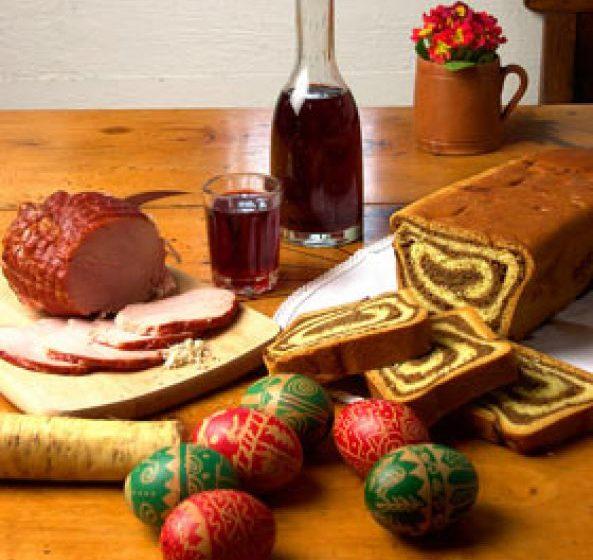 SĂRBĂTORI ACASĂ: 75% dintre români vor petrece Paștele acasă; 16% aleg să meargă în vizite
