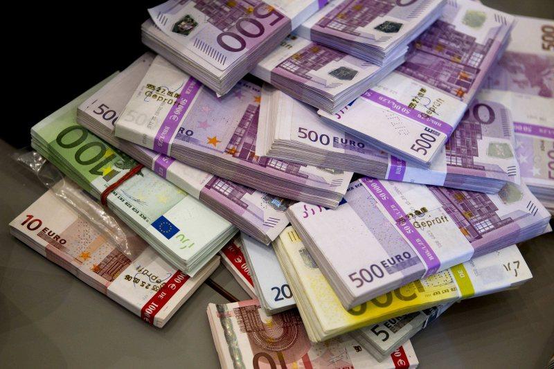 STĂM BINE: Există bani europeni! Lumea s-a săturat de drumuri desenate pe tablă cu carioca