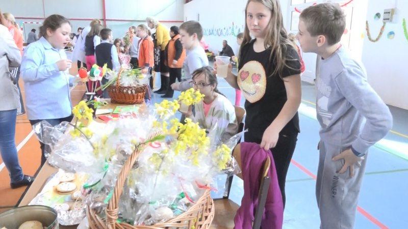 """MUNCĂ ÎN ECHIPĂ: Târgul de Paște organiat de Liceul """"Leowey Klara""""s-a bucurat de mulți vizitatori"""
