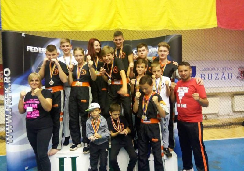 ULTIMATE KICKBOXING: 32 medalii obținute la Campionatul Național de Freestyle Kickboxing la Buzău