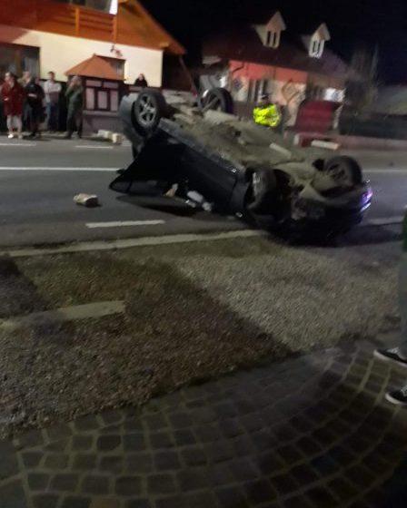 ACCIDENT GRAV LA PETROVA: Maşină răsturnată. Două persoane au ajuns la spital (FOTO)