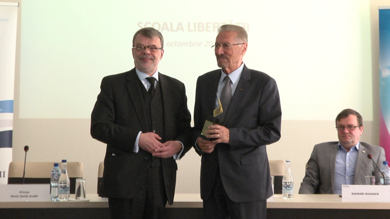 DISTINCȚIE: Fostul președinte Emil Constantinescu a primit, la Sighet, Premiul Libertății