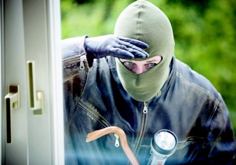 I S-A-NFUNDAT: Polițiștii au dat de urma unui hoț care fura de prin locuințe