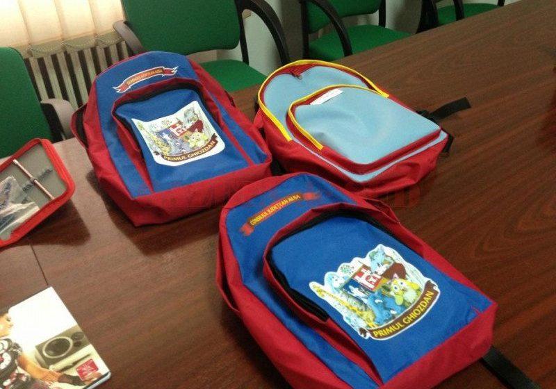 PACHETE ȘCOLARE: Începe distribuirea rechizitelor și ghiozdanelor pentru preșcolari și elevi