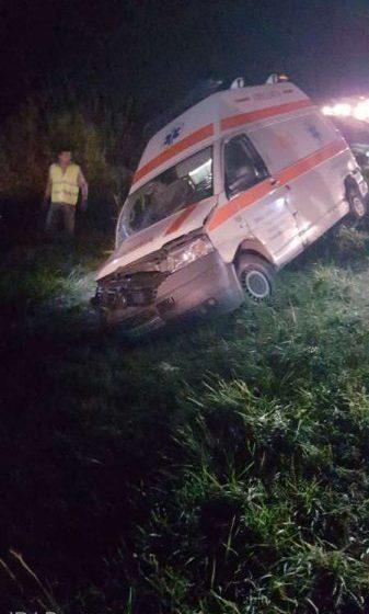 ACCIDENT: Două persoane, rănite după ce ambulanţa a intrat în şanţ; şoferul avea o alcoolemie de 0,97 mg/l