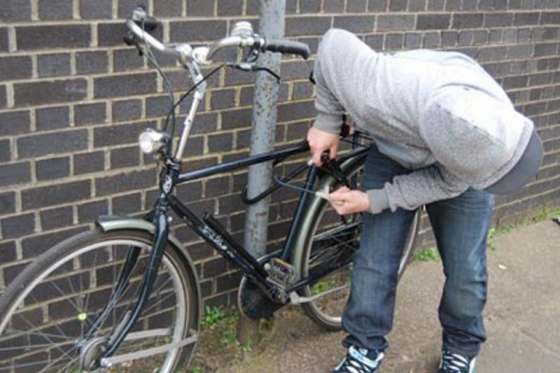 I-A BĂTUT LANȚUL: Hoț de biciclete prins
