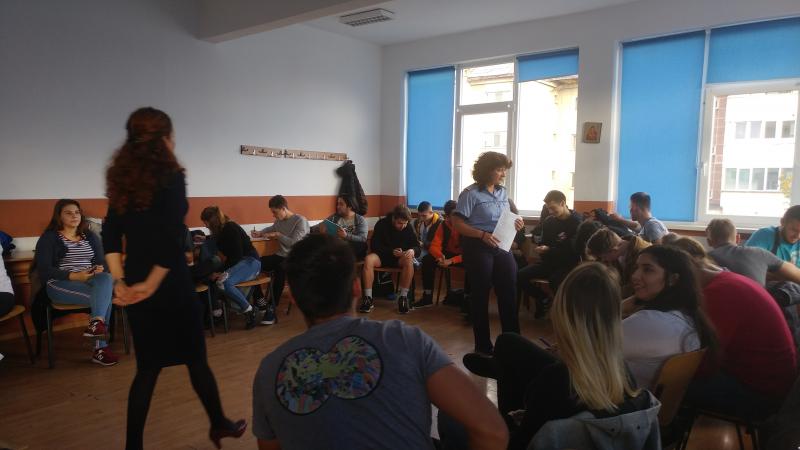 DASCĂLI ÎN UNIFORMĂ: Lecții de prevenire predate de polițiști liceenilor