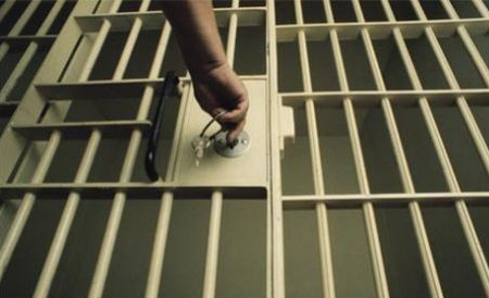 Tânăr condamnat pentru infracțiuni rutiere, trimis după gratii