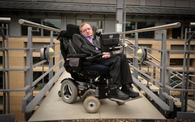 LICITAȚIE: Două obiecte care l-au însoţit în viaţă pe Stephen Hawking, vândute pentru peste 1 milion de dolari