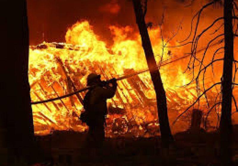 """INFERN ÎN CALIFORNIA: Miley Cyrus, """"devastată"""" după ce locuinţa sa a fost distrusă de incendii"""