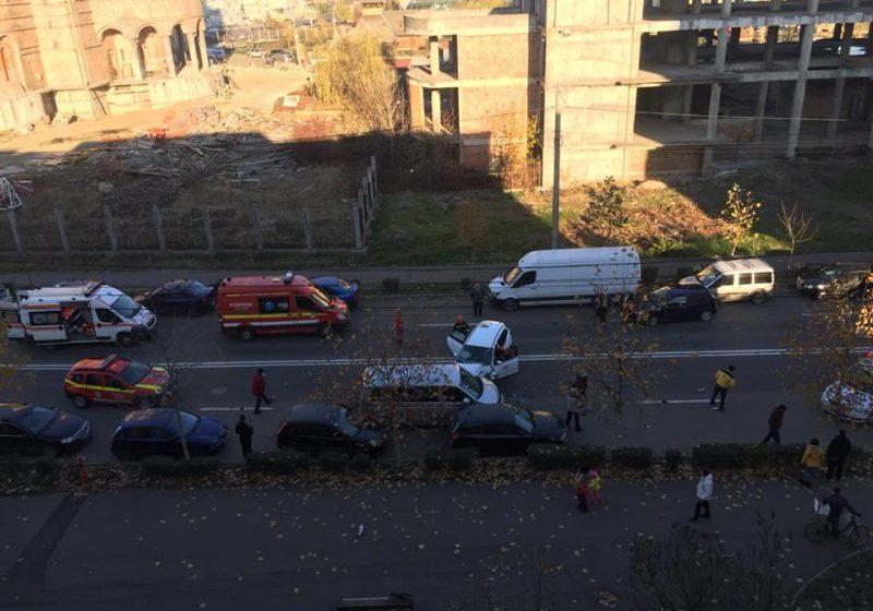 ACCIDENT GRAV ÎN BAIA MARE: Şoferul unui taxi, încarcerat. Au fost implicate trei autoturisme